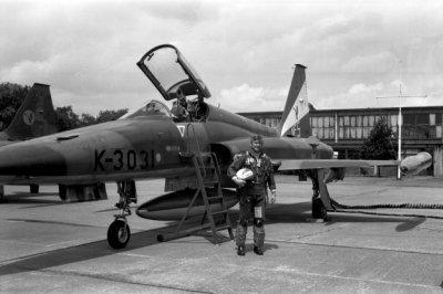 Majoor Pieter Smith staat in complete vliegeruitrusting naast een Northrop NF-5 van het demonstratieteam