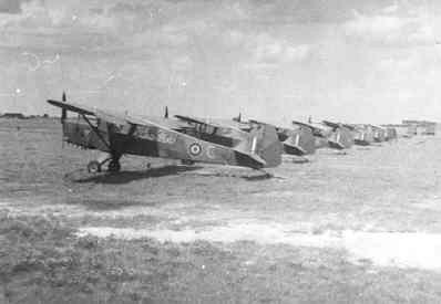 Auster AOP Mk.3. Formatie No. 6 Dutch Auster Squadron op de grond.