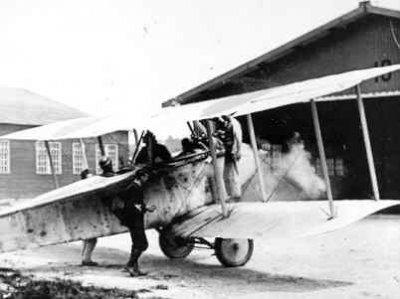 Aviatik C.III. Met draaiende motor voor hangaar.