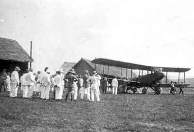 Eerste Airco DH 9 voor de LA/KNIL wordt op vliegveld Kalidjati proefgevlogen, begin 1920
