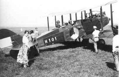 Verkenningsvliegtuig De Havilland DH.9 , H101 2-persoons van de LA/KNIL, deze toestellen werden in 1919 aangeschaft en bleven tot 1934 uitgerust met Siddeley Puma motor van 230 pk. Nadien hebben ze nog enige jaren gevlogen met een 325 pk Pratt en Withney Wasp motor,  Kalidjati, (1919-....) 1920
