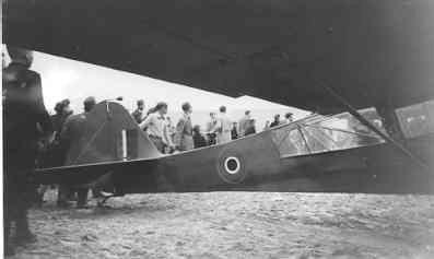 Auster AOP Mk.3. Eerste Auster van No. 6 Dutch Auster Squadron landt in Amsterdam, 5 of 6 mei 1945. Vlieger kapitein Nienhuis.