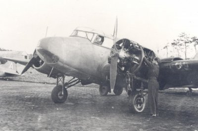 Airspeed AS-10 Oxford in onderhoud.