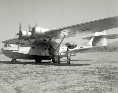 Het Consolidated Catalina PBY-5a patrouille amfibievliegtuig P-82 (1942-1950) van de MLD in Ned. Indië met 'vlag' embleemkenmerken.