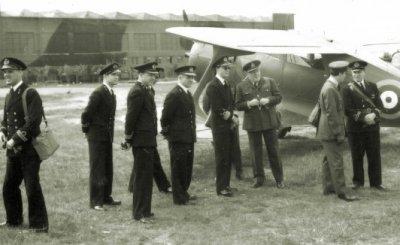 ZKH Prins Bernhard (1911-2004) bezoekt Sqn. 320 op Bircham Newton Airbase, UK. Op de achtergrond de Beechcraft 17 'Staggerwing', door de prins gebruikt in Engeland tijdens WO II.