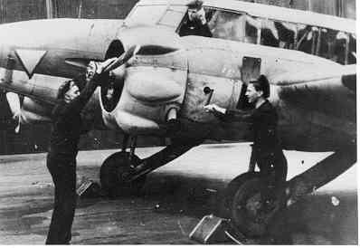 Kustverkenner AVRO 625A ANSON MK.1 (1940-1942)  van VSQ 321 met grondploeg in Engeland
