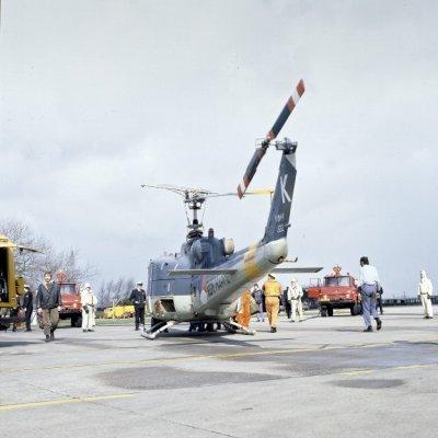 Een Agusta-Bell 204B(I)UH-1 Air Sea Rescue (ASR)/transporthelikopter (1962-1978) tijdens een brandweeroefening.