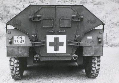 DAF YP 408 Gewondentransport (10 ton, 8x6, 24V). Ruimte voor 4 brandcards of 8 zitplaatsen ten behoeve van de gewonden. In gebruik bij de Koninklijke Landmacht in de periode 1968-1990. Op de getoonde foto is de achterzijde van het voertuig afgebeeld. Toegang tot de achterzijde van het voertuig wordt verkregen middels 2 openslaande deuren.