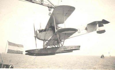 Verkenningsvliegtuig Van Berkel WA (W-70) (1919-1933) landing nabij Hr.Ms. Jacob van Heemskerck.
