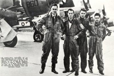 Vliegers van het Seafury-stuntteam van Sqn 860 op het MVK Valkenburg. Datum onbekend. Op de foto nan links naar rechts: De LTZIVL R.J. Idzerda en de LTZIIVL H. Goossens en T. Mulder en ADBI F.L.A. Harte. Op de achtergrond enkele Hawker Seafury jachtbommenwerpers met ingeklapte vleugels