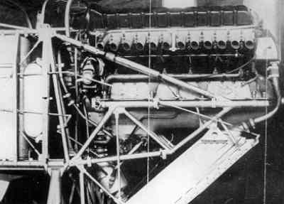 Motorinbouw van het eenpersoonsjachtvliegtuig Curtiss P-6 Hawk: de 12-cilinder Curtiss V1570 watergekoelde lijnmotor 'Conquerer' (600 pk bij 2400 tpm) was uitgerust met een electrische starter.