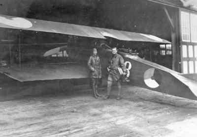 Fokker C.I met vlieger en rechts ARO ll. waarnemer J. v.d. Ven bij hangaar.