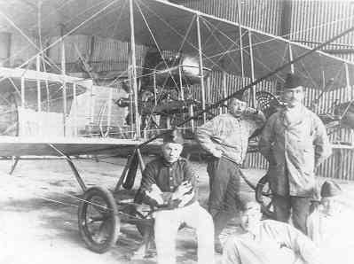 Brik, 2e door Marinus van Meel gebouwd vliegtuig. 1e vliegtuig van de LVA, reg. LA1. In de fabriek met monteurs. Met naar voren geplaatst hoogteroer.