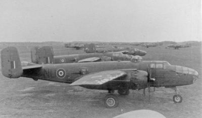 North American B-25 Mitchell bommenwerpers van het Squadron 320 U.K. geparkeerd op het Marinevliegkamp Morokrembangan/Soerabaja in 1941.