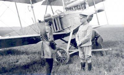 Albatros B.I LA 12, ex 521/14 met daarvoor  maj. H. Walaardt Sacré (rechts) en lt.vl. A.K. Steup.