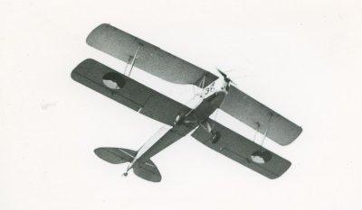 De Havilland DH.82A Tiger Moth in de vlucht, schuin van onderen..