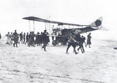 Albatros B.II LA31, ex-78/14. Neusstand op het strand van Noordwijk, 14 maart 1917. Lt.vl. van Wulfften Palthe en lt.wnr. Perk. Lt. Perk maakte foto's. Het toestel wordt afgevoerd.
