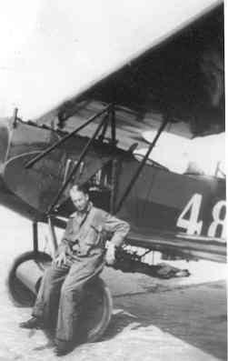 Luitenant-ter-zee L.A.H. Rombeek bij de Fokker C.I met registratienummer 486 na een noodlanding op Vlieland.
