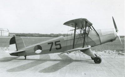 Bücker Bü 131 Jungmann, reg. 75. Zijaanzicht rechts.