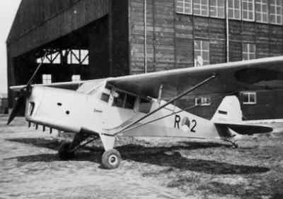 Auster AOP Mk.3 voor hangaar.