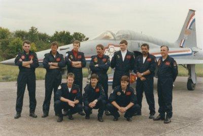Het Double Dutch demoteam voor een van speciale beschildering voorziene NF-5A. De naam van het team is op de romp geschilderd; op het kielvlak staat