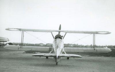 Bücker Bü 131 Jungmann, reg. 75. Achteraanzicht.