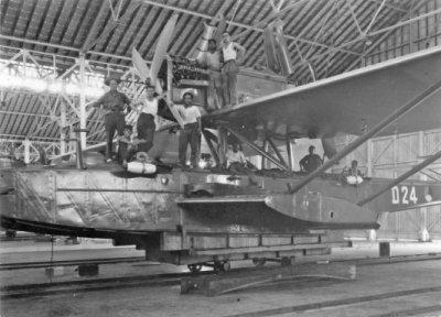 De Dornier Wal maritieme patrouillevliegboot D-24 (1929-1939) in een hangar van het Marinevliegkamp Morokrembangan (Soerabaja) in 1934.