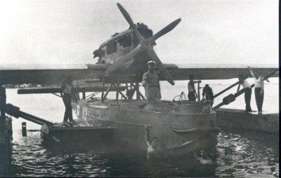 Vliegtuigdokje voor de vliegboten bij Tarakan (Borneo). Een Dornier Wal vliegboot met bodemschade vaart in voor reparatie.