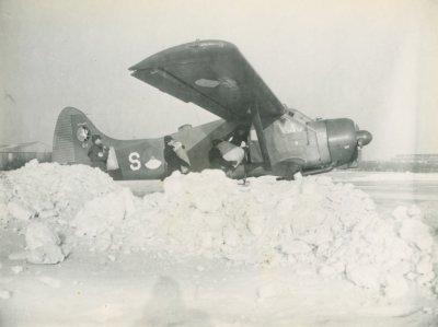 Laden van De Havilland Canada DHC-2 Beaver, registratie S-1, in de sneeuw.