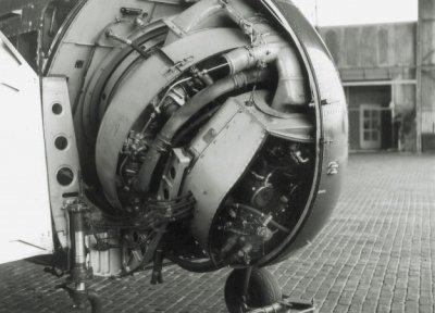 De inbouw van een 700 pk sterke luchtgekoelde stermotor in de Air Sea Rescue (ASR) Sikorsky HO4S-3 (UH-19F) helikopter H-3 (ex-USN 133778, 1953-1962).