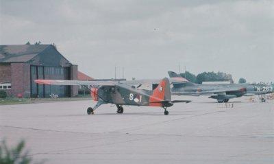 Beaver S-1 (met day-glow) met Hawker Hunter N-263 op de achtergrond.