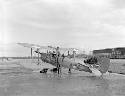 De Havilland DH.82A Tiger Moth. Vertrek laatste vlucht van Leeuwarden met Donald Duck op de motorkap geschilderd.