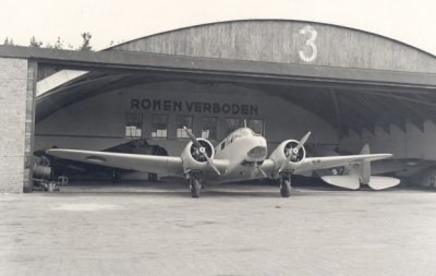 Airspeed AS-10 Oxford voor hangaar 3.