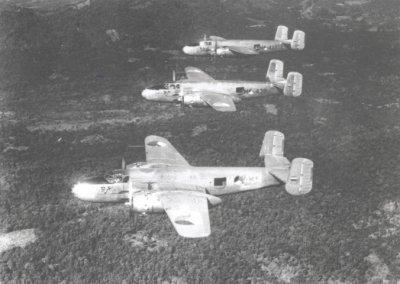 Een formatie North American B-25 J Mitchell middelzware bommenwerpers van het in 1946 geformeerde SQ 16 van de ML/KNIL. De mitrailleurskoepel achter de cokpit werd bij de verbouwing tot
