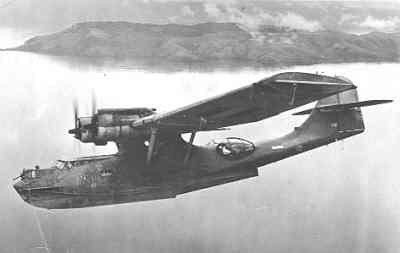 Maritieme patrouillevliegboot Consolidated PBY-5 Catalina  (1943-1946) vliegend boven de wateren van Nederlands Nieuw-Guinea