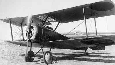 Sopwith Pup LA41, ex N6164 van de RNAS. In december 1917 reg. S212. Op de achtergrond Sopwith Hanriot I B.1 (1½Strutter) LA45.
