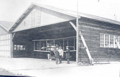 Albatros B.I LA12, ex-521/14, geïnterneerd en aangekocht toestel in hangaar 6. Bezoek van de ministers N. Bosboom (Oorlog)  en J.J. Rambonnet (Marine). In gesprek met kap. H. Walaardt Sacré, C.LVA, 24 september 1915.