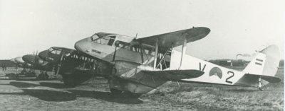 Formatie De Havilland Dominie's op de grond. Het voorste toestel is de V-2 Zeeland.