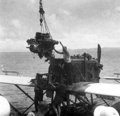 Motorverwisselen bij een Dornier Wal D-37 langszij G.S.S. Valk
