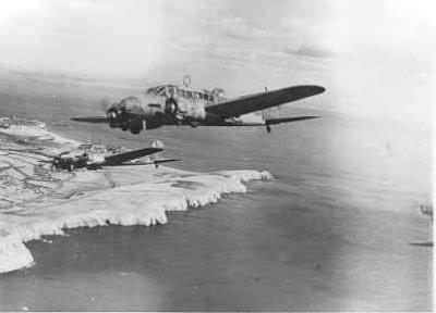 Kustverkenners AVRO 625A ANSON MK.1 (1940-1942)  van VSQ 321 boven the white cliffs of Dover, Engeland