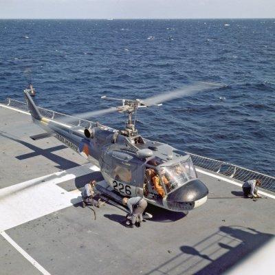 De Agusta-Bell 204B(I)UH-1 Air Sea Rescue (ASR)/transporthelikopter 226 (1963-1977) op het vliegdek van een schip.