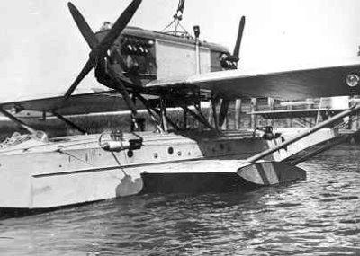 een Dornier Wal vliegboot volledig uitgerust met bommen.