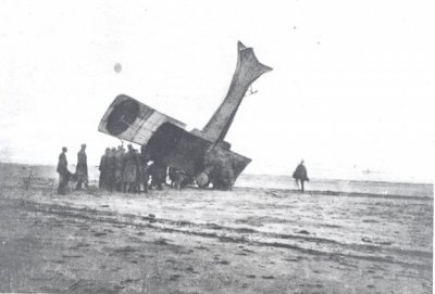 Albatros B.II, oude registratie 78/14, na een neuslanding op het strand van Noordwijk, 14 maart 1917. Gevlogen door lt.vl. van Wulfften Palthe en lt.wnr. Perk. Deze laatste maakte de foto's.