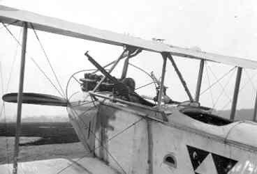 Aviatik C.III. Geïnterneerd toestel. Detail cockpit en bewapening.