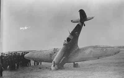 De door prins Bernhard gevlogen Spitfire Mk IIA (P7981) die bij een bezoek aan 167 Squadron in het najaar van 1942 tijdens het taxieën na de landing een neusstand maakte op het Schotse vliegveld Castletown.