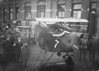 Hannover CL.II 13180/17 van Feld Flieger Abteilung 258 (FFA 258). Geland te Axel op 15 april 1918. Op transport. Bemanning: lt. F.A. Olbrich, sgt. M.K. Albusberger. Ned. reg. HAN416.