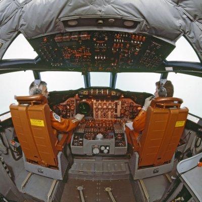 Cockpit met piloten van een Breguet BR1150 Atlantic (SP-13A) maritiem patrouillevliegtuig (1969-1984).