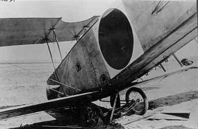 Nederlandse Avro 504 na een neuslanding.