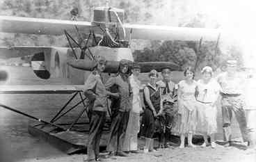 Bemanning van en belangstellenden uit Atapoepoe (Timor) voor de lichte verkenner op drijvers Van Berkel WA  W-8 (1920-1929)