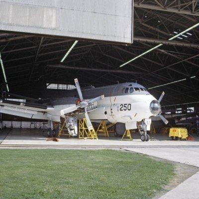 Het Breguet BR1150 Atlantic (SP-13A) maritiem patrouillevliegtuig 250 (1970-1984) in een hangaar op marinevliegkamp Valkenburg.